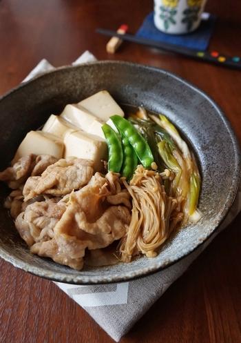 普通肉豆腐といえば、牛肉を使いますよね。しかしこちらはあえて豚肉を使った、一風変わったレシピ。薄い豚ロースにさっと火を通すことで、お肉が固くならず柔らかいまま食べられます。