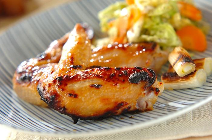 お肉をみそだれに漬け込み焼き上げます。鶏手羽のほか、豚肉にも合いそうですね。