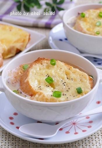 朝ごはんにも◎ 白みそでつくったお味噌汁に、チーズトーストを浮かべて和風オニオングラタンに。
