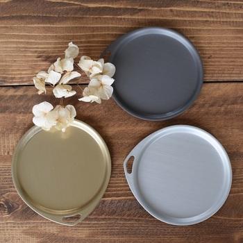 手頃な大きさの丸皿は、取り皿やコースターとしても利用できるデザイン。縁の立ち上がりやフックホールも特徴的です。