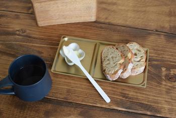 パンとバター、定番の組み合わせを乗せて。一人一人に丁度良いサイズです。