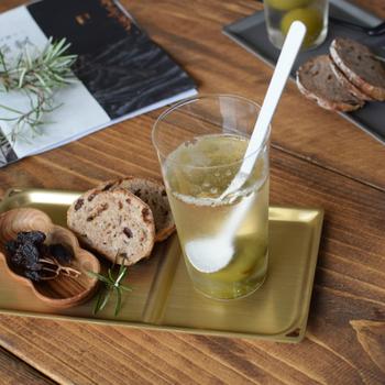 グラス、木製のディッシュと組み合わせてオシャレな表情。ちょっとしたワンプレートを作るのに便利そうです。