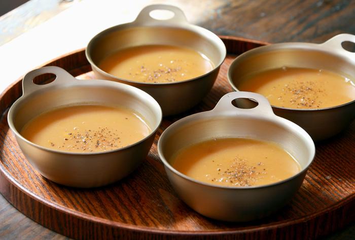 アルマイトの質感が食卓に新鮮さを添えてくれます。取っ手が付いていて、熱いスープや冷たいスープも持ちやすそうですね。