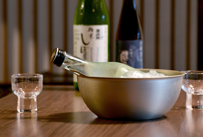 サイズの大きいボウルは日本酒やワインなどを冷やすクーラーとして使っても。金属の質感が見た目にも涼やかですね。