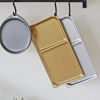アルマイト加工したアルミは傷や水に強く、高い耐久性を持ちます。着色によらないので、いつまで使ってもそのままの風合いを保てるのも嬉しいポイント。熱伝導率の高さや軽さ、錆びないなどのアルミの特性を気軽に食卓に取り入れることができます。