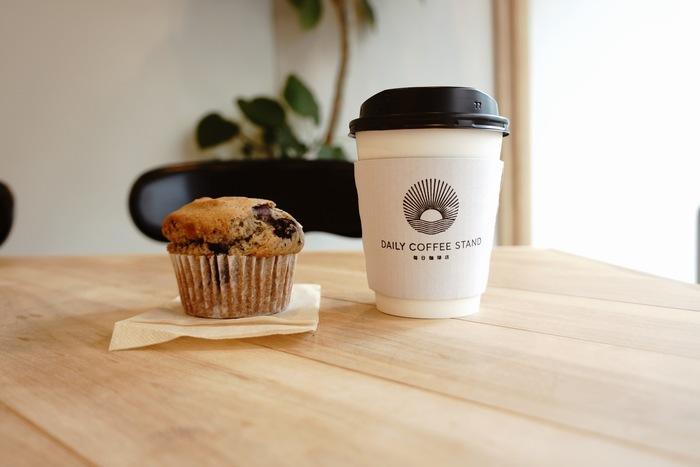 メニューはとてもシンプル。エスプレッソは「ミルクたっぷり」「ミルクちょっぴり」などほっこりしたバリエーションがあります。ぱくっと口に運べる焼き菓子も一緒にコーヒーを楽しめますよ。
