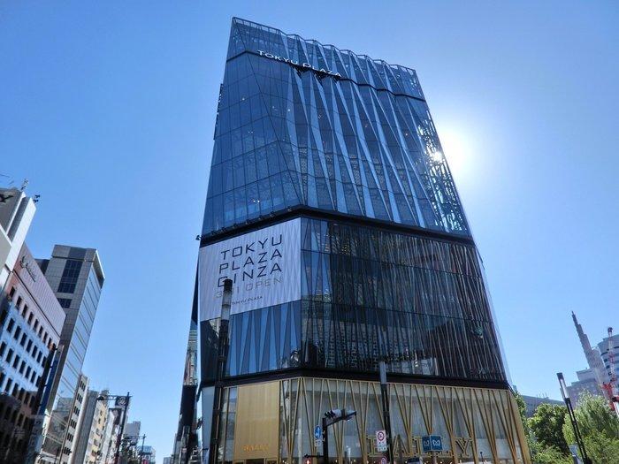 JR有楽町駅から徒歩5分。ビル建築が並び人が溢れる東京・銀座に、東急プラザ銀座が2016年に新しく誕生して話題になりました。こんな近代的な外見のビルに緑溢れるコーヒースタンドがあるって知ってますか?