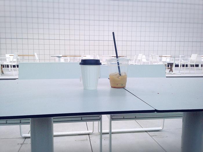 テーブルは、いつも人で賑わっています。テラスには象徴的な桜の木が植えられていて、春にはお花見もできちゃいますよ。空中庭園を楽しみながらリフレッシュできるコーヒースタンドです。