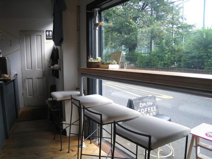 カウンター席が中心で、ガラスの向こうに見えるのは、渋谷はるのおがわプレーパーク。その前には代々木公園と、自然の癒しが溢れたエリアにあります。見知らぬ街で、一歩路地に入った時に発見した素敵なお店、そんなワクワク感を増幅させてくれるお店です。