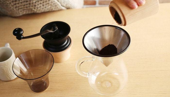 ① 豆の量はカップ1杯分あたり、10~12g程度。豆の挽き方は「中細挽き」に。  まずは、フィルターにコーヒーパウダーを入れます。
