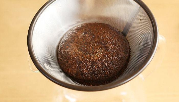 ② 沸騰したてよりもほんの少し冷めたお湯を20cc程度注いで、コーヒーを蒸らします。フィルターから、数滴ぽたぽたと落ちてくるまで待ちます。