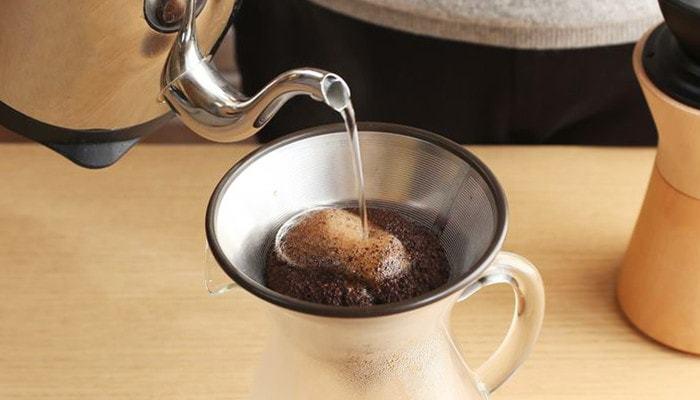 ③ 少しコーヒーが抽出され始めたら、中心に小さな「の」を書くように、お湯を注ぎます。この時に、渕に当てないように、中心に垂直に注ぐのがポイントです。  この作業を何度か繰り返し、目当ての抽出量になったら完成です。