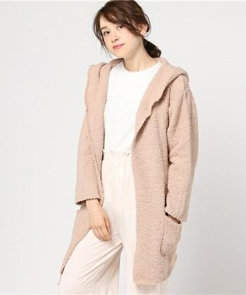 モコモコ、さわっているだけで癒されるようなガウンも一着欲しい♪フード付でリラックスムードたっぷり。ベルトを使って前をとめて着ることもできます。