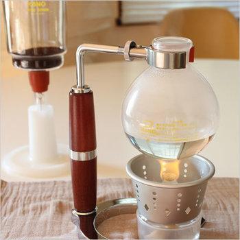理科の実験のような雰囲気が、ワクワクしてしまうサイフォン式。ランプの灯で温められたお湯がコポコポと沸き上がったり、コーヒーが上下したりと、コーヒーを淹れる様子を目で楽しむことができます。  抽出中も過熱され続けているので、あつあつのコーヒーに仕上がります。