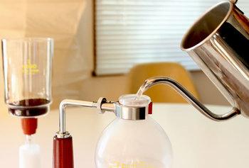 ① 豆の量はカップ1杯分あたり、中細挽きなら10g、中挽きなら15g、粗挽きなら18g程度。お湯の量はカップよりも2割程度多めに準備しておきます。  ロートにフィルターを固定させてから、コーヒーの粉を入れます。フラスコにもお湯を注いでおきます。