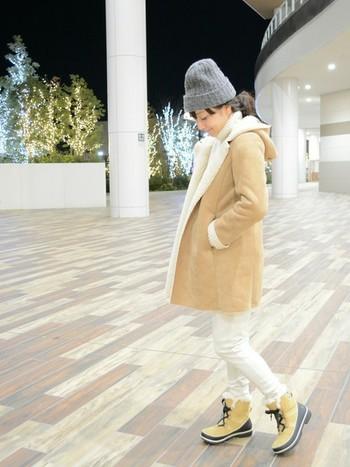 「ティボリⅡスエード」にベージュのフェイクムートンコートと白のスウェットパンツを合わせて。カジュアルな中にも可愛らしさがプラスされた、大人の冬コーデ。