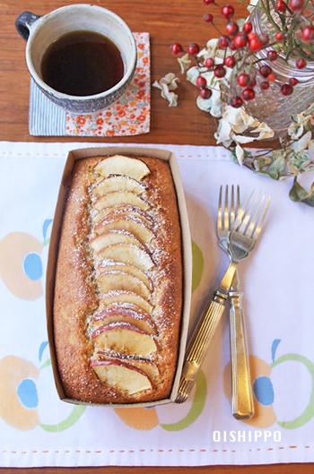 バターの代わりに米油を使ったヘルシーケーキ。焼きりんごとシナモンの食感と香りを楽しんでください。 電動泡立て器も使わずさっくりの混ぜ方でOKなので、気軽に作れちゃいます♪