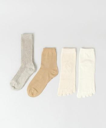こちらは、人気の冷えとりソックス基本の<4足セット>。シルク、綿、ウールと天然素材を重ねる冷えとりソックスは、一度試してみたいと思っている女性は多いはずだから、プレゼントすると喜ばれそう。