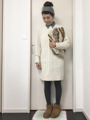 白のニットワンピースは、ベージュ系のムートンブーツとグレータイツでほっこり優しい印象に仕上がっています。