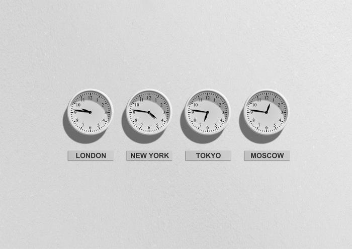 みなさんは、1日に何回「時計」を見ますか? 家でも外でも、時間は携帯でチェックするくらいという方も最近では多いかもしれませんね。 逆に打ち合わせや会議が多い方なら、腕時計を1日に百回以上確認している方もいるかもしれません。