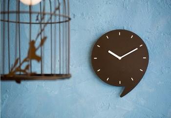 置時計や掛け時計は、一度買ってしまえば壊れるまではそのまま…なんていうのも当たり前。 お部屋のインテリアは様変わりしても、意外と「時計」はそのままになっているという方も多くいるはずです。