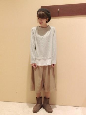 ベージュトーンでまとめたナチュラルスタイル。ワイドシルエットのガウチョパンツはスカート感覚で履けるので、ムートンブーツと合わせてガーリーな雰囲気に仕上がります。