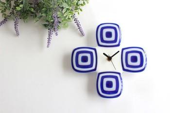 手作りのガラスで作られたモダンでスタイリッシュな掛け時計です。白を基調としたお部屋のアクセントにもどうぞ。