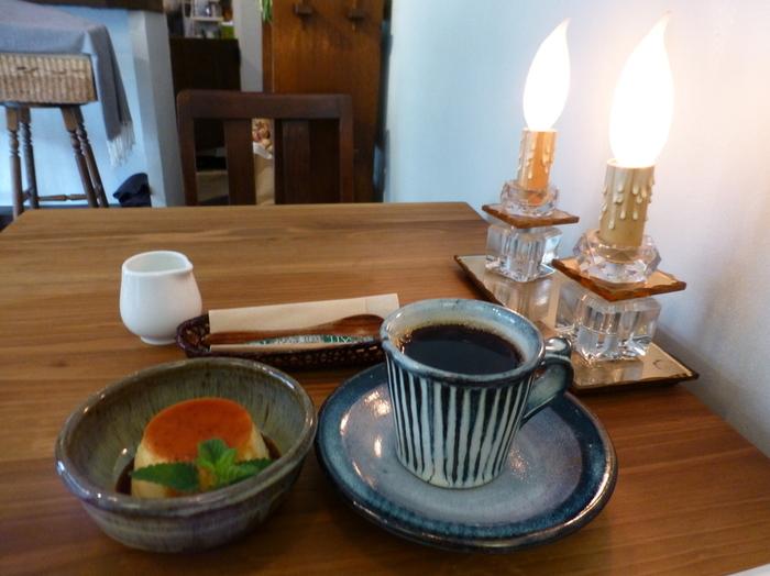 壁のペンキ塗りから床のタイル張りまで自分で出来る事は自分でされたという内装はとても素朴で愛情いっぱい感じられます。使われているずっしりとした重みのある素敵なカップ&ソーサーはお母様の郷である島根県の窯元で焼かれたものなんですって。  自家焙煎されているこだわりの珈琲はもちろんのこと、生クリームを使わず卵黄をたっぷり使用して、ゆっくり時間をかけてお作られたプリンもオススメの一品です。