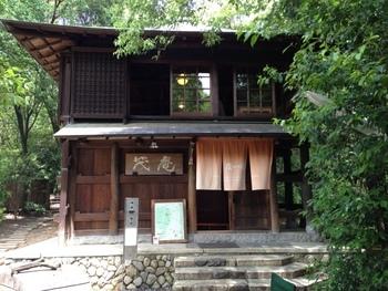 吉田山のほぼ頂上近くにある茂庵さん。 アクセスコースは主に4つあり、どれも徒歩で15分程度の散策コースとなっています。