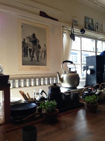 KAFE工船さんは珈琲焙煎家のオオヤミノルさんと共同で焙煎しているコーヒーが飲めるお店として珈琲好きにはとっても有名なカフェです。  大きな窓からたっぷりと明るい光が射し込む中、ゆっくりゆっくり丁寧に淹れてくれる珈琲をいただくのは至福の時間。時間の流れ方が変わる魔法でも使っているんじゃないかしら?って思うくらい、静かで心地よい時間が流れる場所です。心にも時