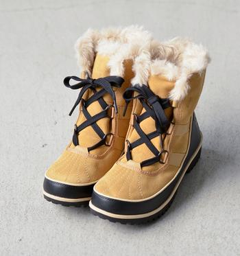 人気の「ティボリシリーズ」のスウェードタイプ「ティボリⅡスエード」。レースアップがかわいいブーツです。ふわふわの履き口も女の子らしい印象ですね。がっしりしたソールが雪道仕様です。