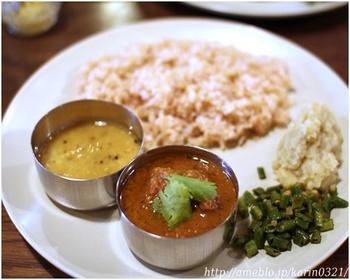 四条大宮の裏道を入ったところにある町家のお店です。 見た目は京都的な町家だけど、味わいは本格派のインドカレー。町家の静かな雰囲気の中でインドカレーをいただくっていうのも乙なものです。  元バックパッカーのご夫婦が、インドを旅して料理を学んでオープンされたというラトナカフェさん。本格派の味わい深いインドカレーですが、スパイスの刺激は少なくとっても優しい味。ご主人の素朴なお人柄がでているようです。食後のチャイもほっとする味わいですよ。