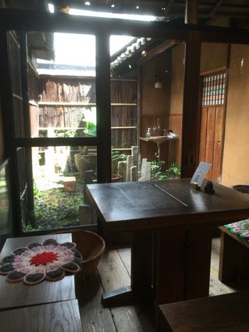 京都らしい町家のよさをちゃんと残しつつも、インドの文化を程よく絶妙に融合させている内装はとても居心地がいいです。箱庭もちゃんとあったりしてほんとうに寛げます。ひとりでも、デートでも、観光でも何度でも訪れたくなるはず。