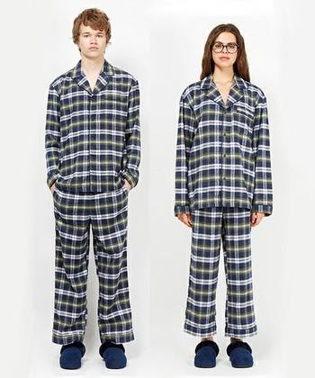 シンプルで女性が着ても可愛いデザインとこだわりのシルエットが魅力のセットアップパジャマ。両面に起毛感のあるフランネル生地は、肌触りはもちろん見た目にもあたたかで、寒い季節にうれしい♪保温性も高く、速乾性、吸湿性にも優れています。