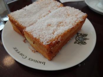 フレンチトーストは粉砂糖がふんわりかかってます。 朝からご機嫌になれるメニューですね。