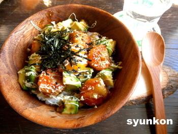 ボリューム感があり食べ応えのある「海老とアボカドの照り焼きマヨネーズ丼」は、具材の組み合わせが新鮮!カフェ風の盛り付けもおしゃれで、アボカド好きにはたまらない丼です。