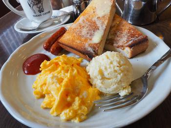 モーニングA (トースト、ソーセージ、スクランブルエッグ、ポテトサラダ、ドリンク)  ボリュームたっぷりのモーニング。 トーストを三種類(バター、シナモン、ジャム)から選べるのも嬉しい!