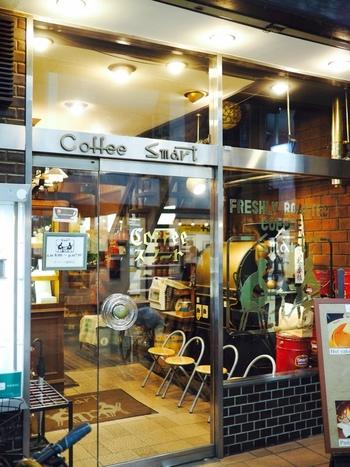京阪 三条駅や阪急 河原町駅からも徒歩圏内に位置する、カフェというより落ち着ける喫茶店。 Cofee Smartと書かれたロゴが目印です。
