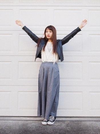 ちょっぴりハードなレザージャケットはコンパクトなのでハンパ丈パンツによく似合います。スニーカーでカジュアルダウンしてGOODバランス。