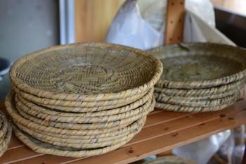 根曲り竹(チシマザサ)は、しなやかで丈夫な性質を生かし、北信州ではざるやかごなどに多く用いられています。使い込むほどにあめ色に変わっていくのも魅力。
