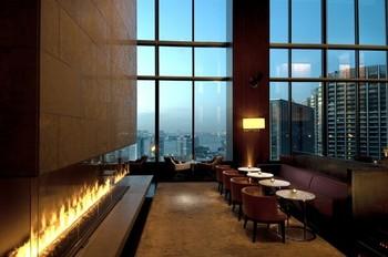 28階にあるバー&ラウンジ「トゥエンティエイト」。約8メートルの高い天井と開放的なフロア、大きな窓からは眼下に広がる東京湾やレインボーブリッジの絶景を眺めることができます。