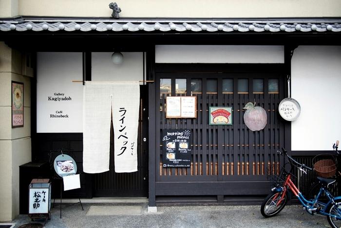 京都市上京区石薬師町にある町家風のカフェ ラインベックさん。 「京都一美味しい」と言われるふわふわの口どけのニューヨークスタイルのパンケーキの専門店です。 甘いもの好きならご存知、烏丸御池にある「松之助」や、東京の代官山にある「松之助N.Y」の姉妹店。 朝は8時からの営業です。
