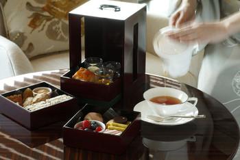 3段の重箱に四季折々のアイテムが詰められる「季節のアフタヌーンティー」は、和の雰囲気が漂います。ミニ稲荷寿司や手毬寿司、和菓子などが入るのも楽しいポイント。紅茶のほか日本茶、中国茶、ハーブティー、アロマティーなども選べます。