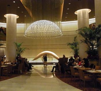 1階の「ザ・ロビー」は花火やホタルをイメージしたシャンデリアの広がる開放的な空間。