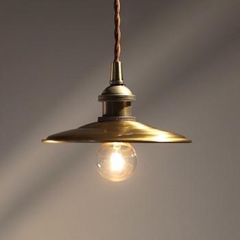古道具好きにもおすすめのデザイン。広いお部屋には連灯したり、玄関や廊下などにひっそりと飾ったり、使う人によって使い道もいろいろ楽しめます。