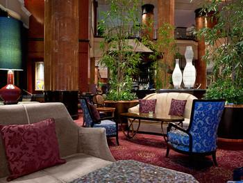 「ウェスティンホテル東京」は、恵比寿の穏やかな緑に包まれたヨーロピアン風ラグジュアリーホテル。ロビーラウンジ「ザ・ラウンジ」は、重厚な円柱や高い天井など、まるで欧州のシャトーのような格調ある雰囲気を漂わせています。