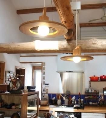 広いお部屋には、2灯並べて設置しても素敵です。どの角度から見ても美しい木製のペンダントライトは、ナチュラルなお部屋にも馴染みます。