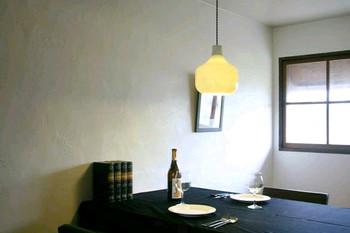 『ペンダントライト』とは、天井から吊り下げるタイプの照明器具のこと。 明るくしたい範囲によって、照明の大きさや取り付ける高さを調節しましょう。 ダイニングやキッチンには、低めのペンダントライトがおすすめです。手元を適度に明るくし、食事をより美味しく見せてくれる効果があります。