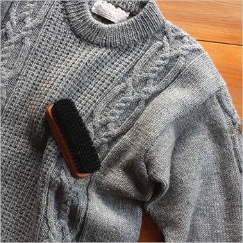 ブラシをかけることによって、服地の繊維の奥にたまったほこりを落とすことができるんです。 コートの他にも、セーターやカーディガンにだって、ブラシをかけてしっかりケア。