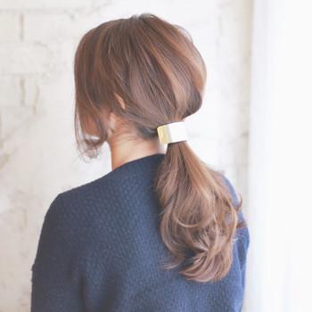 目を惹く素敵なヘアアクセサリーやヘアゴムをつけるだけで、さりげない可愛らしさが出ます。
